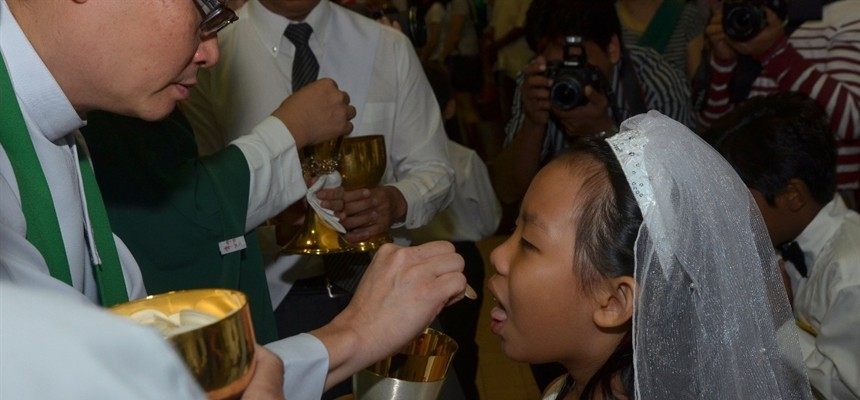 how to receive communion on the tongue